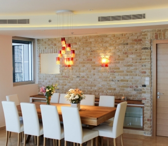 עיצוב דירת יוקרה, פינת אוכל על רקע קיר מעוצב, עיצוב פנים ופנג שואי, ענבל קרקו
