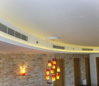 עיצוב דירת יוקרה, תאורה נסתרת בהנמכה למיזוג, עיצוב פנים ופנג שואי, ענבל קרקו