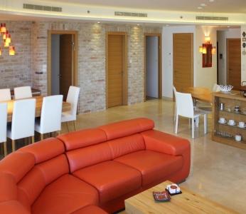 עיצוב דירת יוקרה, ספה כתומה בסלון, עיצוב פנים ופנג שואי, ענבל קרקו