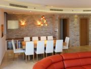 עיצוב דירת יוקרה, פינת האוכל מבט מהסלון, עיצוב פנים ופנג שואי, ענבל קרקו