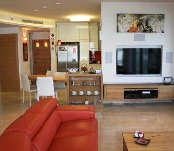 עיצוב דירת יוקרה, מבט מהסלון לכיוון המטבח, עיצוב פנים ופנג שואי, ענבל קרקו
