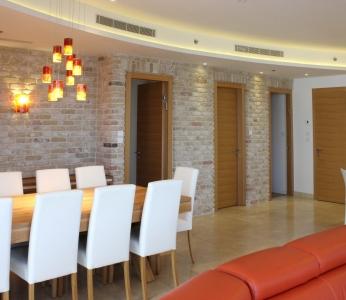 עיצוב דירת יוקרה, קיר בריקים, עיצוב פנים ופנג שואי, ענבל קרקו