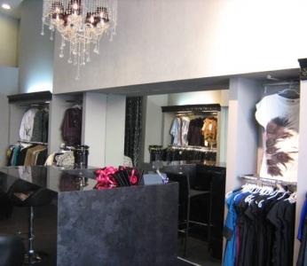 עיצוב חנות בגדים, מבט אל דלפק הקופה, ענבל קרקו, עיצוב פנים ופנג שואי