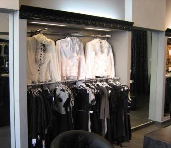 עיצוב חנות בגדים, תאורה נסתרת בקיר התצוגה, ענבל קרקו, עיצוב פנים ופנג שואי