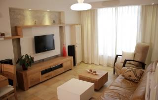 עיצוב דירה בגבעתיים, שולחנות עם אחסון בסלון, ענבל קרקו, עיצוב פנים ופנג שואי