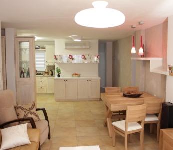 עיצוב פנים דירה בגבעתיים, מבט מהסלון לכיוון המטבח, ענבל קרקו, עיצוב פנים ופנג שואי