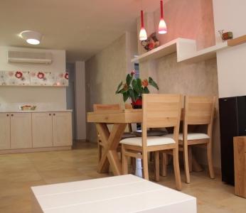 עיצוב פנים דירה בגבעתיים, פינת האוכל מכיוון הסלון, ענבל קרקו, עיצוב פנים ופנג שואי