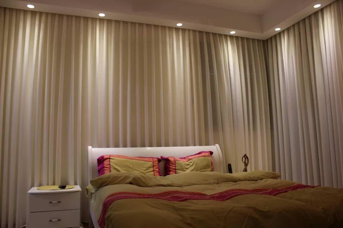 עיצוב פני לקלאב 50 (בני 50 פלוס), חדר שינה כמו מלון, ענבל קרקו עיצוב פנים ופנג שואי