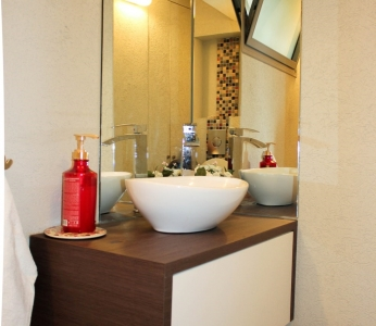 עיצוב פנים וילה מודרנית ברמת אפעל, מראה זויתית בשירותי אורחים, עיצוב פנים ופנג שואי, ענבל קרקו