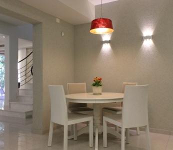 עיצוב פנים מודרני ברמת אפעל, מנורה אדומה מעל שולחן האוכל, עיצוב פנים ופנג שואי, ענבל קרקו