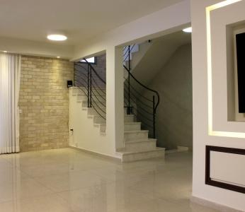 עיצוב פנים ולה מודרנית ברמת אפעל, קיר אבן וחלל מדרגות, עיצוב פנים ופנג שואי, ענבל קרקו