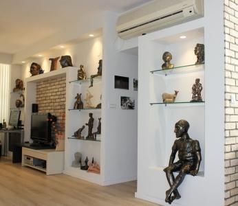 עיצוב דירה של אומן, נישות גבס לתצוגה של פסלים, עיצוב פנים ופנג שואי, ענבל קרקו