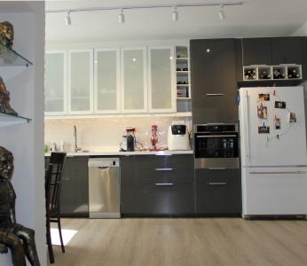 עיצוב דירה של אומן, מטבח אפור מבריק, עיצוב פנים ופנג שואי, ענבל קרקו