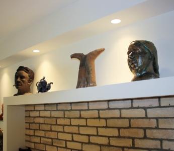 עיצוב דירה של אומן, מבט אל הנישה עם הפסלים, עיצוב פנים ופנג שואי, ענבל קרקו