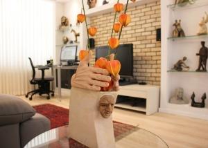 עיצוב דירה של אומן, מבט אל הסלון דרך אחד הפסלים, עיצוב פנים ופנג שואי, ענבל קרקו