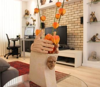עיצוב דירת של אומן, מבט אל הסלון דרך אחד הפסלים, עיצוב פנים ופנג שואי, ענבל קרקו