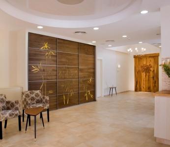 עיצוב פנים יוקרתי, סלון צפוני מבט לדלת הכניסה, עיצוב פנים ופנג שואי ענבל קרקו
