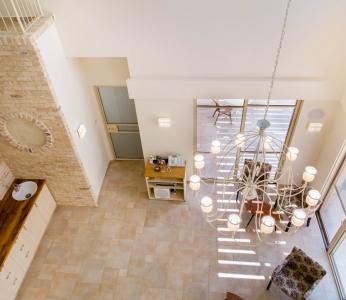 עיצוב פנים כפרי, מבט אל הסלון בקומת הקרקע, עיצוב פנים ופנג שואי, ענבל קרקו