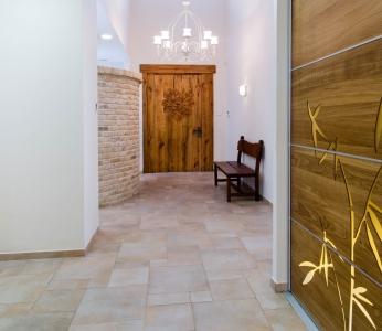 עיצוב פנים כפרי, דלת הכניסה, עיצוב פנים ופנג שואי, ענבל קרקו