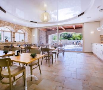 עיצוב פנים כפרי, חדר האוכל והגינה, עיצוב פנים ופנג שואי, ענבל קרקו