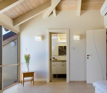 עיצוב פנים כפרי, חדר לדוגמא- מבט אל המקלחת, עיצוב פנים ופנג שואי, ענבל קרקו