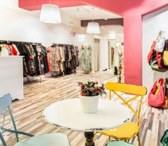 עיצוב סטודיו לאופנה, עמודים צבעוניים וריהוט רטרו, עיצוב פנים ופנג שואי, ענבל קרקו