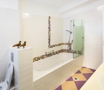 עיצוב דירת קבלן ברחובות, מקלחת ילדים, מבט נוסף, עיצוב פנים ופנג שואי, ענבל קרקו