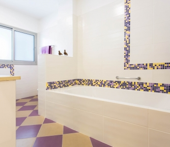עיצוב דירת קבלן ברחובות, מקלחת ילדים, עיצוב פנים ופנג שואי, ענבל קרקו