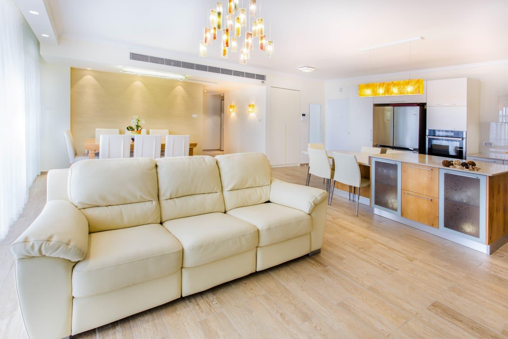 10 הטעויות שלא כדאי שתעשו בעיצוב הבית שלכם, גוף תאורה תלוי מול פתחי המיזוג, ענבל קרקו עיצוב פנים ופנג שואי