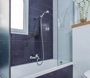 עיצוב וילה מודרנית בגן יבנה, תקריב אל מקלחת הילדים הכחולה, ענבל קרקו, עיצוב פנים ופנג שואי