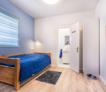 עיצוב וילה מודרנית בגן יבנה, חדר הבן הבכור, עם מקלחת צמודה, ענבל קרקו, עיצוב פנים ופנג שואי