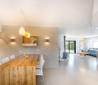 עיצוב פנים מודרני חם בגן יבנה, אי מעץ, על רקע קיר אריחים במטבח, ענבל קרקו, עיצוב פנים ופנג שואי