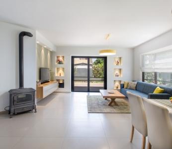 עיצוב פנים מודרני חם בגן יבנה, מבט ישיר אל הסלון, ענבל קרקו, עיצוב פנים ופנג שואי