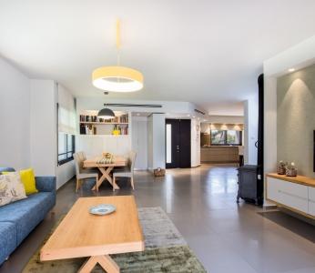 עיצוב פנים מודרני חם בגן יבנה, מבט מויטרינת הסלון אל תוך הבית, ענבל קרקו, עיצוב פנים ופנג שואי