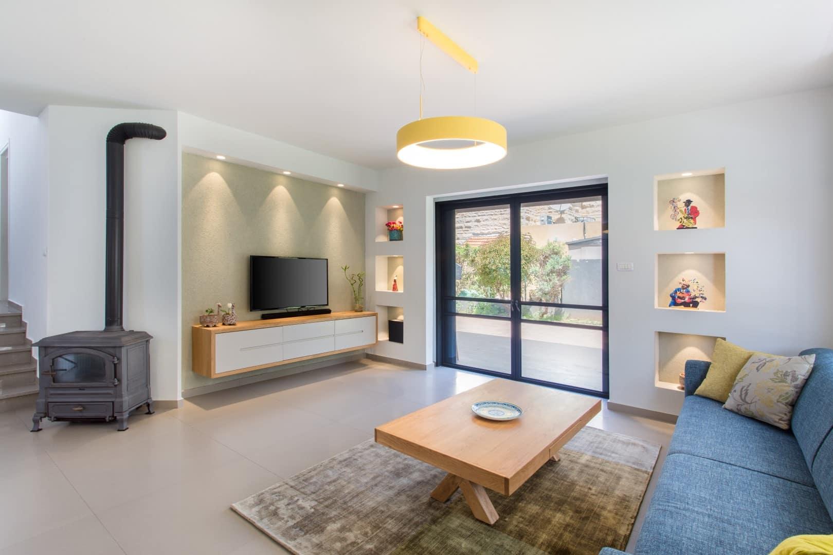 כמה עולה שיפוץ דירה ואיך מסיימים אותו ללא חריגה, עיצוב סלון בגן יבנה, ענבל קרקו עיצוב פנים ופנג שואי