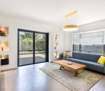 עיצוב וילה מודרנית בגן יבנה, הסלון מזוית אחרת, ענבל קרקו, עיצוב פנים ופנג שואי