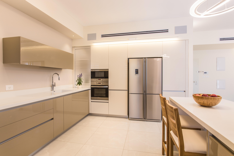 עיצוב מטבח מודרני, קיר ארונות גבוהים שהמקרר משתלב בתוכו, ענבל קרקו עיצוב פנים ופנג שואי