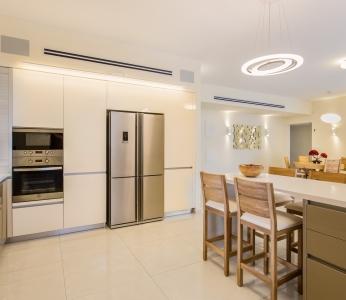 עיצוב מודרני ברחובות, תאורה במטבח ובדלפק האכילה, ענבל קרקו, עיצוב פנים ופנג שואי