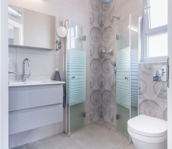 עיצוב מודרני ברחובות, מקלחת הורים באפור, ענבל קרקו, עיצוב פנים ופנג שואי