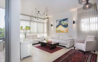 עיצוב דירה מקבלן ברחובות לפי הפנג שואי, סלון בהיר ומואר, ענבל קרקו, עיצוב פנים ופנג שואי