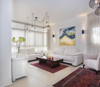 עיצוב דירת קבלן ברחובות לפי הפנג שואי, סלון בהיר ומואר, ענבל קרקו, עיצוב פנים ופנג שואי