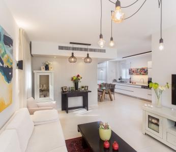 עיצוב דירת קבלן ברחובות לפי הפנג שואי, מבט מהסלון לכיוון המטבח, ענבל קרקו, עיצוב פנים ופנג שואי