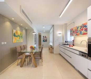 עיצוב דירת קבלן ברחובות לפי הפנג שואי, מבט אל המטבח ופינת האוכל, ענבל קרקו עיצוב פנים ופנג שואי