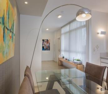 עיצוב דירת קבלן ברחובות לפי הפנג שואי, מנורה גבוהה בפינת האוכל, ענבל קרקו, עיצוב פנים ופנג שואי