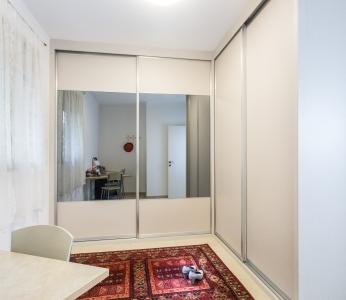 עיצוב דירת קבלן ברחובות לפי הפנג שואי, חדר שהוסב לחדר ארונות, ענבל קרקו עיצוב פנים ופנג שואי