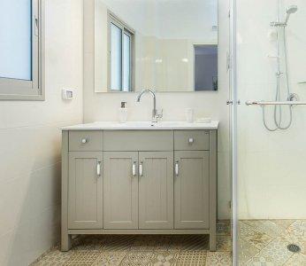 עיצוב דירת קבלן ברחובות לפי הפנג שואי, מקלחת בגווני אלמנט אדמה, ענבל קרקו עיצוב פנים ופנג שואי