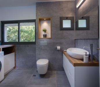 עיצוב בית סגנון אקלקטי, חדר רחצה כללי וחדר כביסה, ענבל קרקו, עיצוב פנים ופנג שואי