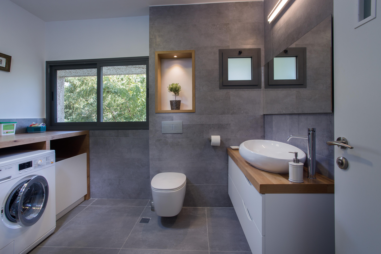 עיצוב חדרי אמבטיה, מקלחת אפורה בשילוב עץ, ענבל קרקו עיצוב פנים ופנג שואי