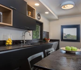 עיצוב בית סגנון אקלקטי, מבט אל המטבח מכיוון פינת האוכל, ענבל קרקו, עיצוב פנים ופנג שואי