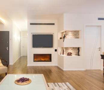 עיצוב בית סגנון אקלקטי, נישת גבס המשלבת בריקים, תאורה וקמין, ענבל קרקו, עיצוב פנים ופנג שואי